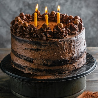 Köstlicher schokoladenkuchen mit kerzen