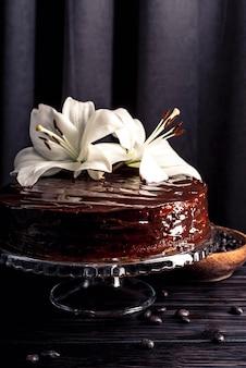 Köstlicher schokoladenkuchen mit lilie