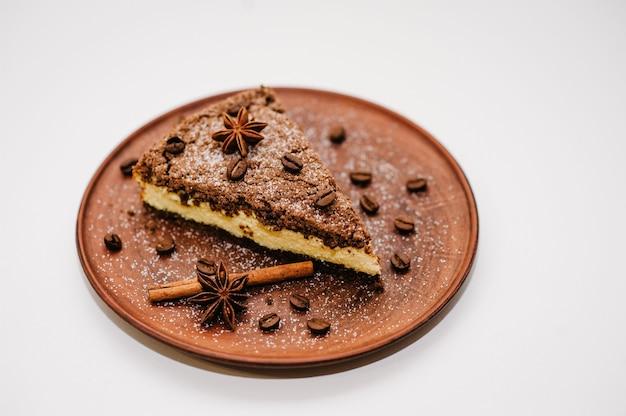 Köstlicher schokoladenkuchen mit sahne