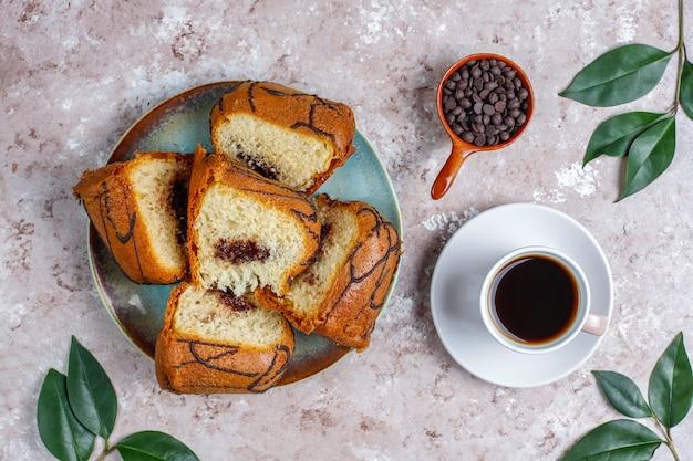 Köstlicher schokoladenkuchen mit schokoladenstückchen, draufsicht