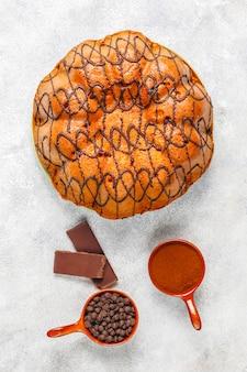Köstlicher schokoladenkuchen mit schokoladenstückchen