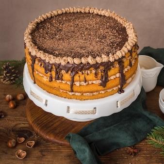 Köstlicher schokoladenkuchen mit zuckerglasur