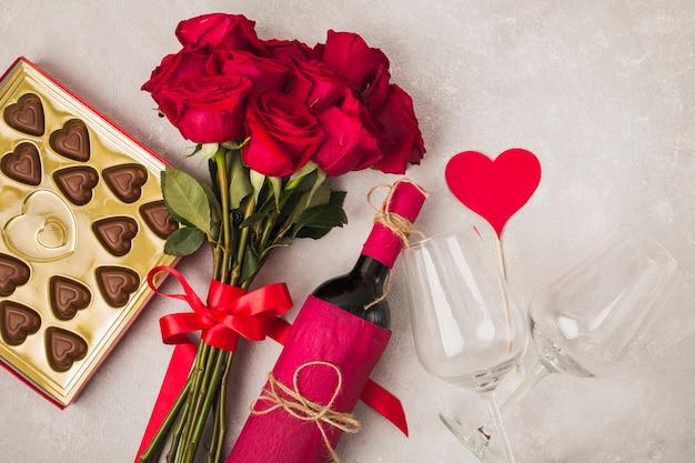 Köstlicher schokoladenwein und rosenstrauß
