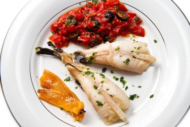 Köstlicher seeteufel mit tomatensauce, oliven und kapern