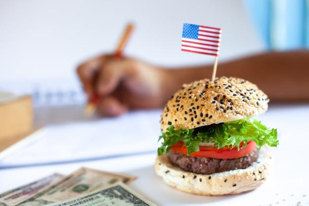 Köstlicher selbst gemachter hamburger mit frischgemüse im büro