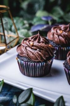 Köstlicher selbst gemachter schokoladenmuffinkleiner kuchen.
