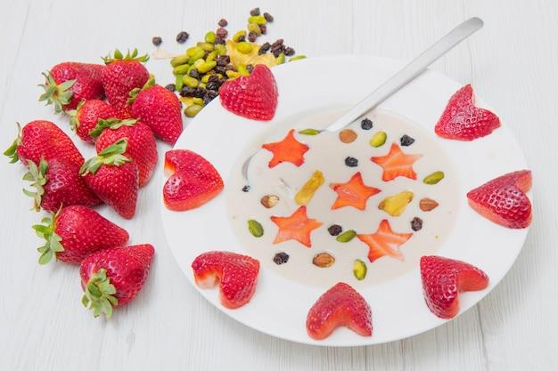 Köstlicher smoothie mit erdbeerherzen und sternen