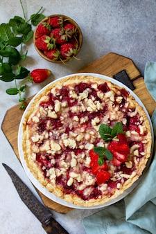 Köstlicher sommerdessert erdbeerkuchen mit streuseln süßer kuchen mit erdbeere draufsicht
