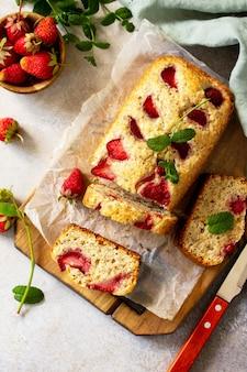 Köstlicher sommerdessert erdbeerkuchen süßer köstlicher feiertagskuchen mit erdbeere draufsicht