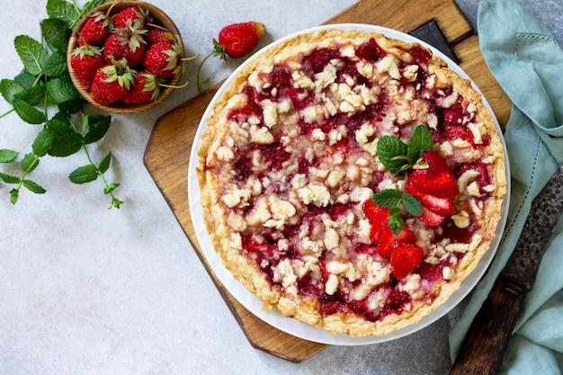 Köstlicher sommerdessert erdbeertorte mit streuseln süßer leckerer kuchen mit erdbeere draufsicht