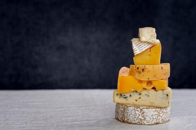 Köstlicher stapel des käses auf einer tabelle