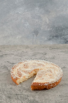 Köstlicher süßer apfelkuchen auf marmoroberfläche gelegt.