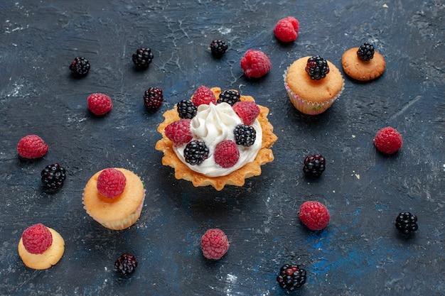Köstlicher süßer kuchen mit verschiedenen beeren und leckerer sahne auf dunkelgrauem obstkuchen mit fruchtbeerenkuchen