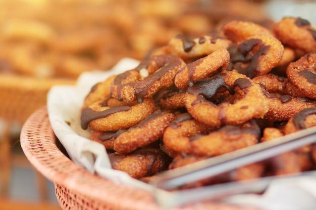 Köstlicher süßer nachtisch von thailändischen traditionellen art-schaumgummiringen mit schokolade auf die oberseite