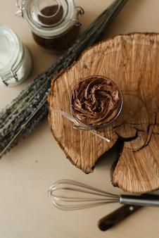 Köstlicher süßer schokoladenpudding und besteck auf hölzerner beschaffenheit