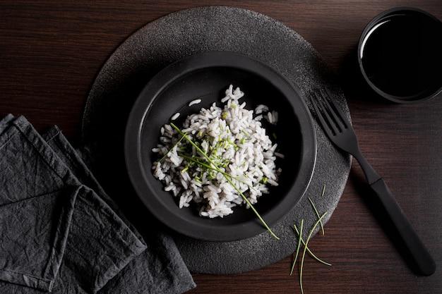 Köstlicher sushireis auf schwarzblech mit draufsicht der gabel