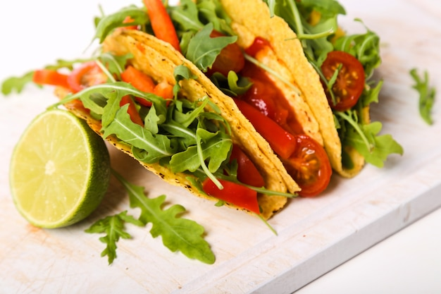 Köstlicher taco auf holzteller