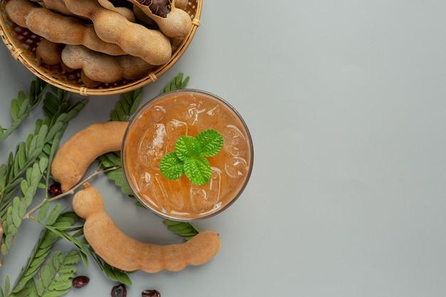 Köstlicher tamarindensaft aus süßem getränk auf grauer oberfläche