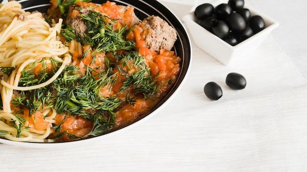 Köstlicher teigwarenteller mit oliven