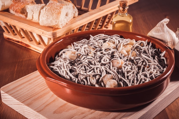 Köstlicher teller aal mit garnelen und brot auf einem holztisch