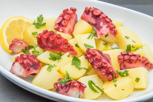 Köstlicher teller mit oktopussalat mit kartoffeln