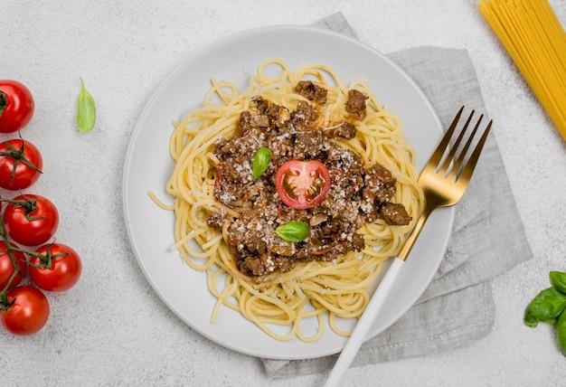 Köstlicher teller mit spaghetii bolognese auf dem schreibtisch