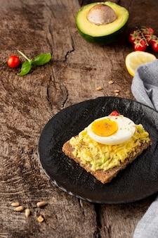 Köstlicher toast mit gemüsecreme auf dunklem teller