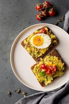 Köstlicher toast mit gemüsecreme und kirschtomaten