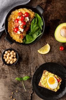 Köstlicher toast mit gemüsecreme und omelett