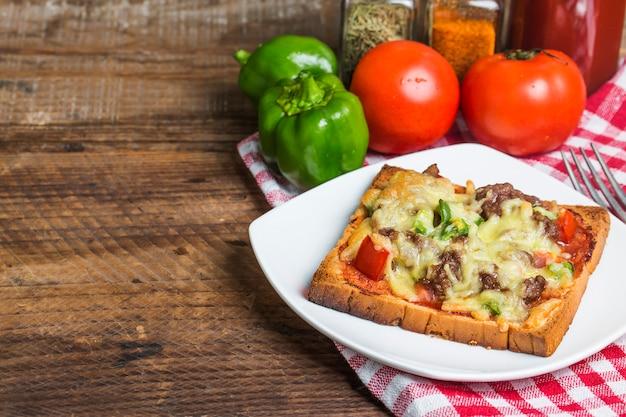 Köstlicher toast mit rindfleisch und käse überbacken