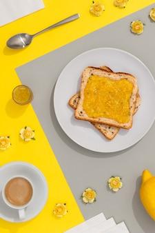 Köstlicher toast mit zitronenmarmelade auf grauem hintergrund. menükonzept des frühstücksrestaurants