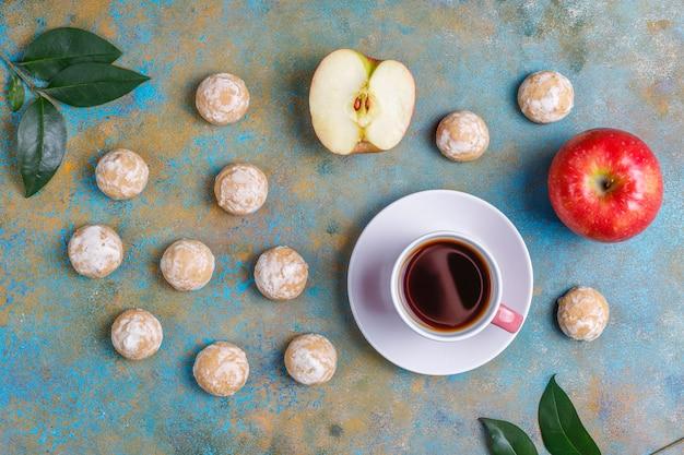Köstlicher traditioneller russischer lebkuchen mit apfel, draufsicht