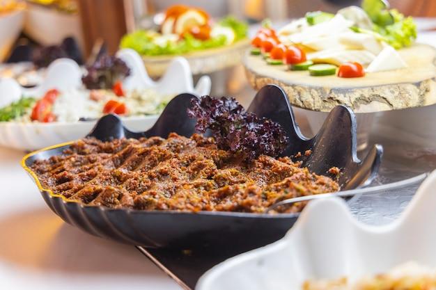 Köstlicher traditioneller salat am hotelbuffet