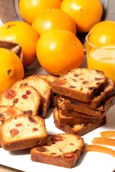 Köstlicher trockenfrüchtekuchen mit orangen