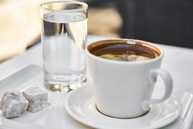 Köstlicher türkischer kaffee auf dem tisch
