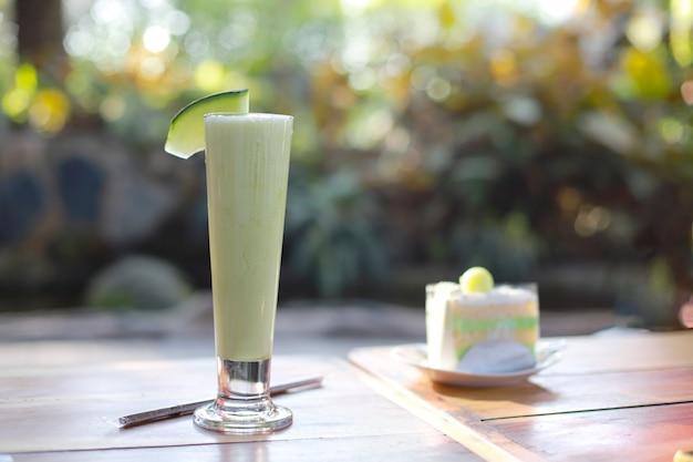Köstlicher und frischer melonenfrappe auf holztisch im café-menü im sommer?