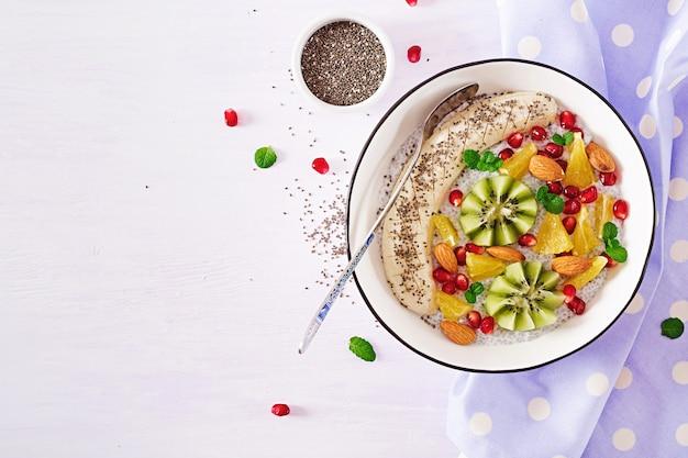 Köstlicher und gesunder chia-pudding mit bananen-, kiwi- und chia-samen.