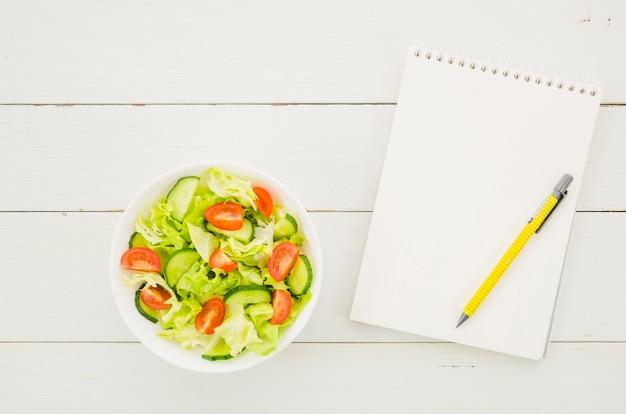 Köstlicher und gesunder kopfsalatsalat
