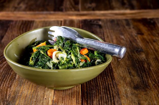 Köstlicher und gesunder salat mit pinzette