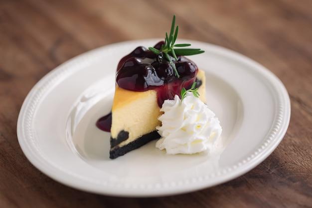 Köstlicher und süßer heidelbeer-new york-käsekuchen mit schlagsahne. hausgemachte bäckerei kuchen.