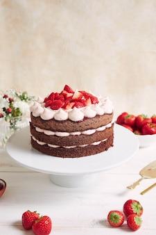 Köstlicher und süßer kuchen mit erdbeeren und basier auf einem teller