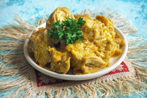 Köstlicher und würziger hühnchen-curry-braten aus der indischen küche