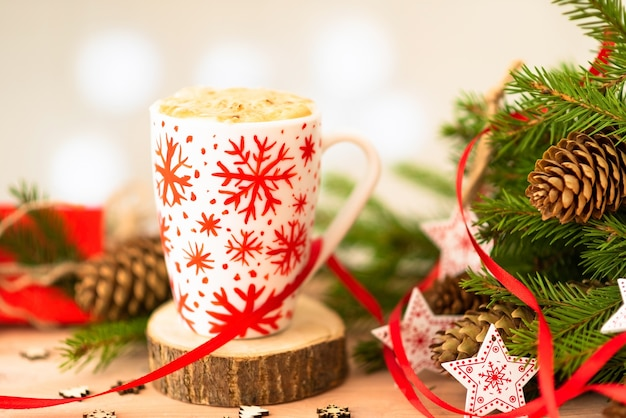 Köstlicher weihnachtskaffee. und tannenzweige mit zapfen.