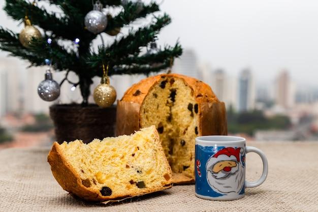 Köstlicher weihnachtspanettone mit weihnachtsdekoration
