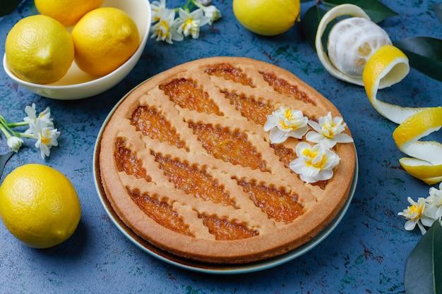 Köstlicher zitronenkuchen mit frischen zitronen, draufsicht