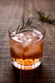 Köstliches alkoholisches getränk mit rosmarin