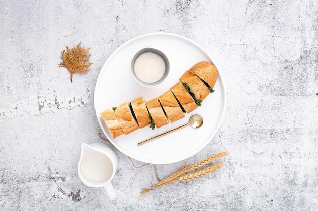 Köstliches angefülltes französisches stangenbrot mit knoblauchsoße