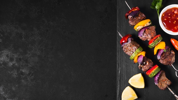 Köstliches arabisches fastfood auf schwarzem hintergrund