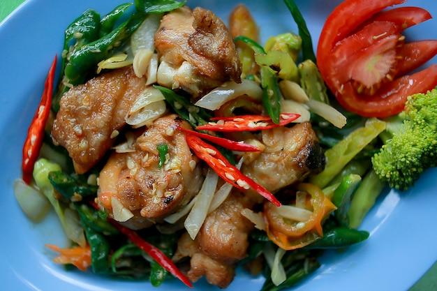 Köstliches ayam goreng cabe hijau, gebratenes huhn gekocht mit grünem paprika. ansicht von oben