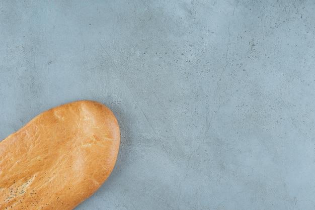 Köstliches brot auf marmor.